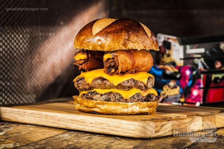 2 hambúrgueres com blend da casa de 120g cada, queijo cheddar, 2 crispy bacon cheese rolls (rolinhos de bacon e queijo fritos), molho Stunt no pão de brioche – R$ 32 - Stunt Burger