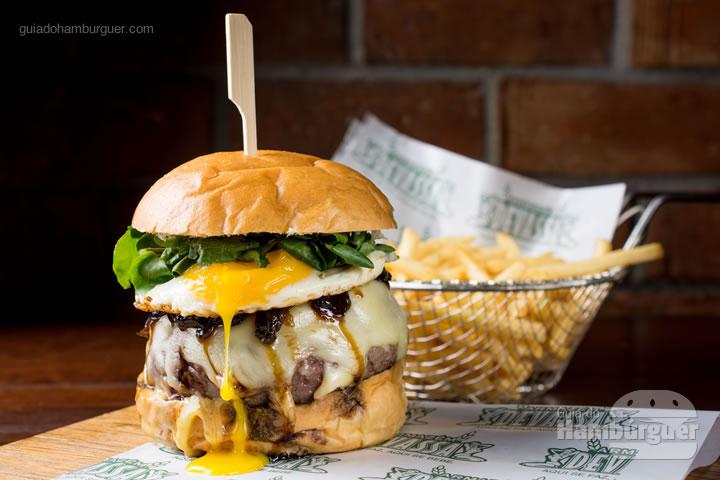 Burger de picanha no pão de brioche, queijo cheddar, maionese fumada, cebola na cerveja, chips de abobrinha e brotos de rúcula. R$ 44,00 - Armazém Devassa