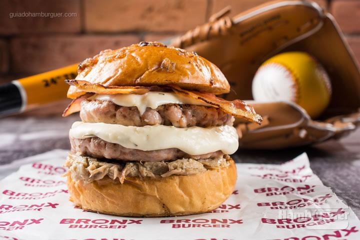O Porkin é uma combinação equilibrada de sabores suínos. São 2 burgers de 120g de lombo de porco, ragu de costela de porco, bacon, molho de queijo cremoso com alecrim e pão de torresmo. R$ 32,00  - Bronx Burger