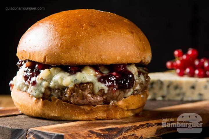 Pão de brioche, hambúrguer de filé de costela 200g, blue cheese e redução de frutas vermelhas. R$ 35,00  - Hell's Burguer