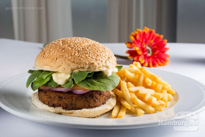 Hambúrguer vegetariano de falafel, molho aioli, cebola roxa fininha, tomate fresco e rúcula no pão com gergelim. Acompanha porção de fritas ou salada verde.R$ 34,00 - IN HOUSE Café-Bistrô