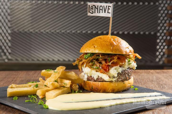 Kobe burger com creme de queijo de cabra, tomatinhos confitados e cebolas crocantes no brioche de batata doce. Acompanham aipim frito e maionese caseira de alho assado. R$ 49,00 - La Nave Bistrô Bar