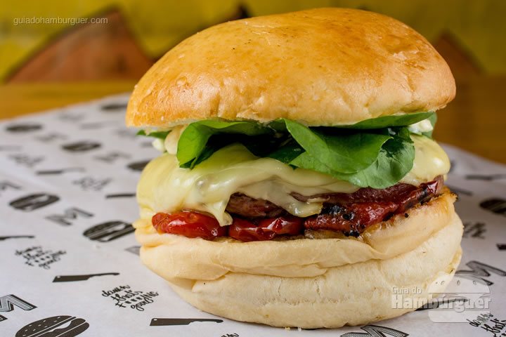 Burger de Rib Eye, mussarela gratinada, tomates confitados com chimichurri, maionese de Dijon e rúcula. R$30,90 - Meating Homemade Burger