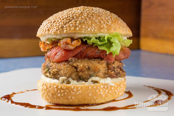 Carne moida de frango empanada, aioli, bacon caramelado, tomate assado, alface e barbecue picante no brioche. R$ 32,00  - Petit
