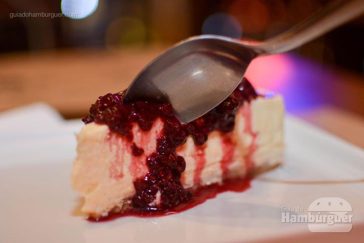 Cheesecake com calda de frutas vermelhas - BFactory Hamburgueria em Santo André