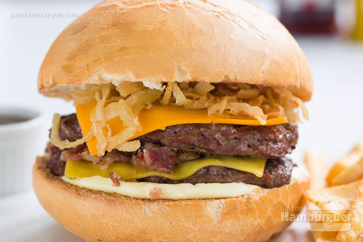 Kharina handyman 2 hambúrgueres de 110g, queijo cheddar e queijo emmental, cebola crispy, bacon e maionese especial Kharina. Acompanha molho barbecue. (Acompanha noisette) por R$ 35,00 - Kharina
