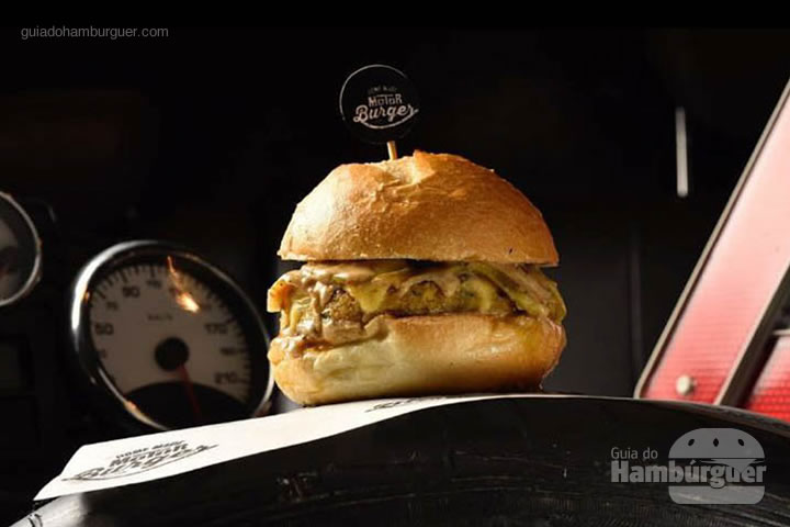 Safety Car nosso sanduíche vegetariano, pão sacadura redondo, queijo prato, molho de tahine, falafel burger, abobrinhas e tomates cereja confitados com manjericão por R$ 32,00 - Moto Burguer