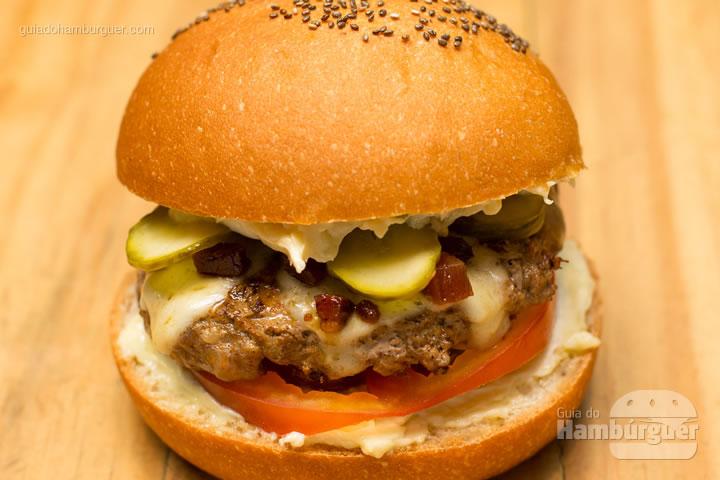 Boulettenbürgerbrötchen queremos ver você pedir esse lanche pelo nome! hambúrguer de carne bovina e suína com queijo, tomate, picles, maionese da casa e bacon flambado no Jägermeister por R$ 27,50 - Fast Berlin