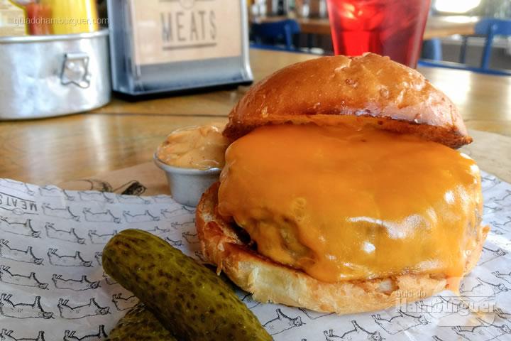 Cheeseburger pão de hambúrguer, hambúrguer, cheddar nacional, acompanha maionese e picles por R$ 27,50 - Meats