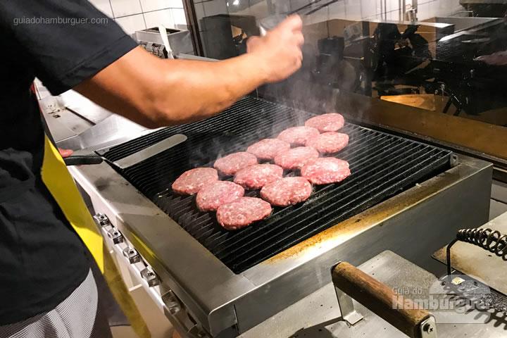 Burgers sendo grelhados - Stunt Burger