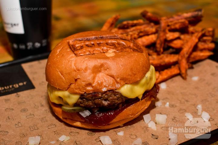 Hambúrguer que leva o nome da casa e tem folha de ketchup - Burger Shop