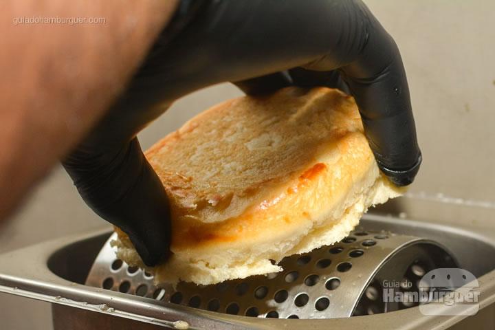 Passando manteiga no pão - Black Trunk