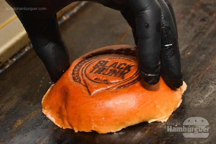 Pão brioche com manteiga na chapa  - Black Trunk