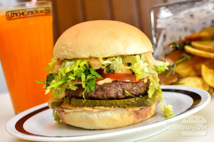 Combinação com batatas rústicas e suco de tangerina - M.A.T. o hambúrguer com molho secreto, alface e tomate chega à Lanchonete da Cidade