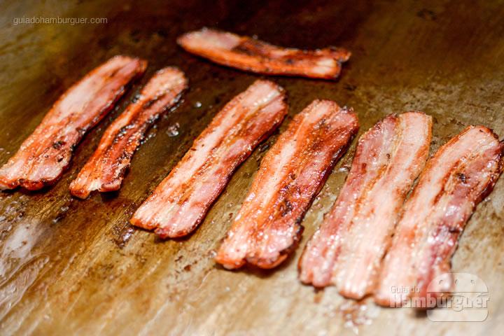 Fatias de bacon na chapa - Bendito Rock Burger, hamburgueria e cervejaria artesanal