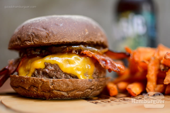 Stines Burger com 180g de carne - Bendito Rock Burger, hamburgueria e cervejaria artesanal