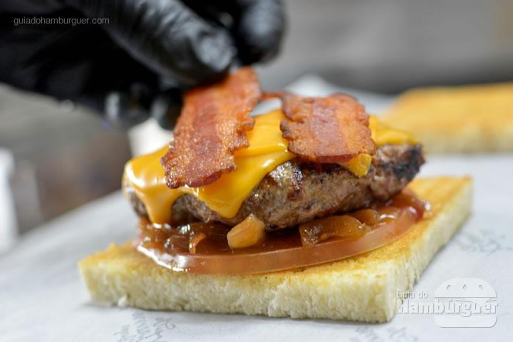 Montagem do hambúrguer com bacon em fatias - The Xtreme Burger