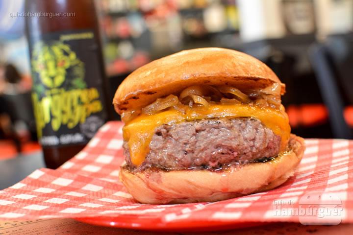 Burger Dry Aged by Debetti acompanhado de uma cerveja artesanal - Burger ID