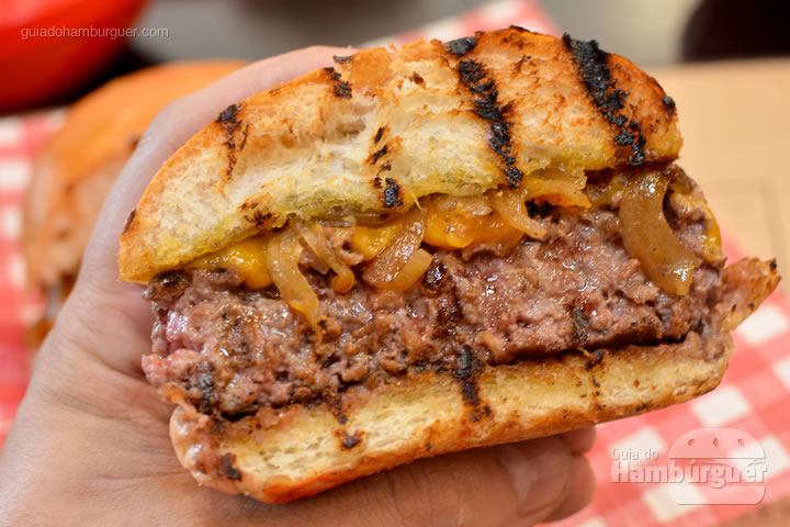 Burger grelhado após ser cortado na metade - Burger ID
