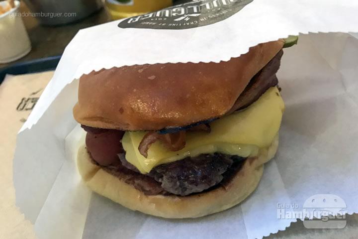 Lumberjack, pão, carne, queijo, bacon, picles e molho - Bullguer