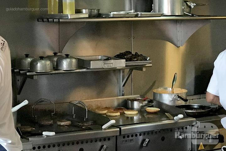 Chapas com hambúrgueres e pães separadas - Z Deli Sandwiches