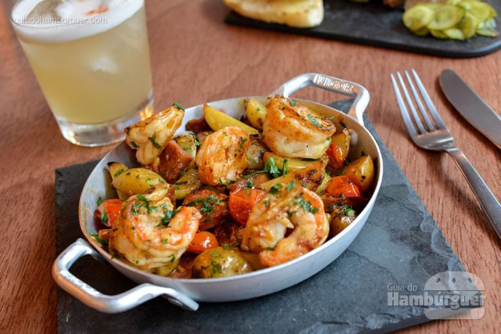 Porção de camarão, batata e chorizo espanhol - Frank & Charles Sandwich Bar