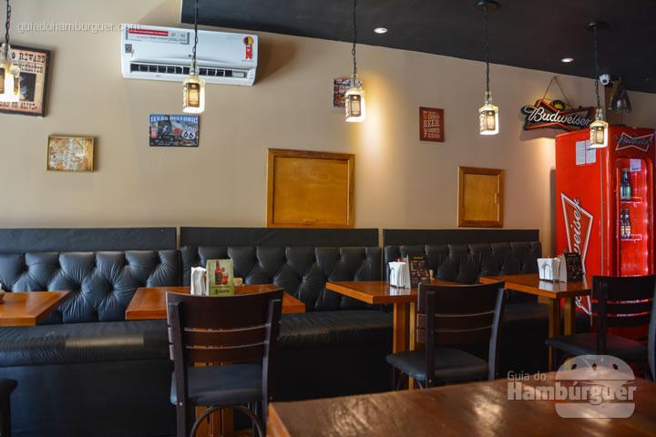 Sofás encostados nas paredes - Sheriffs Burger