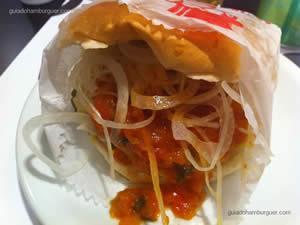 Cheese burger especial (hambúrguer, queijo, molho de tomate agridoce, cebola crua, pepino em conserva e maionese à parte