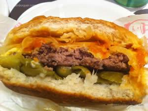 Cheese burger especial (hambúrguer, queijo, molho de tomate agridoce, cebola crua e pepino em conserva) e maionese à parte - Milk & Mellow