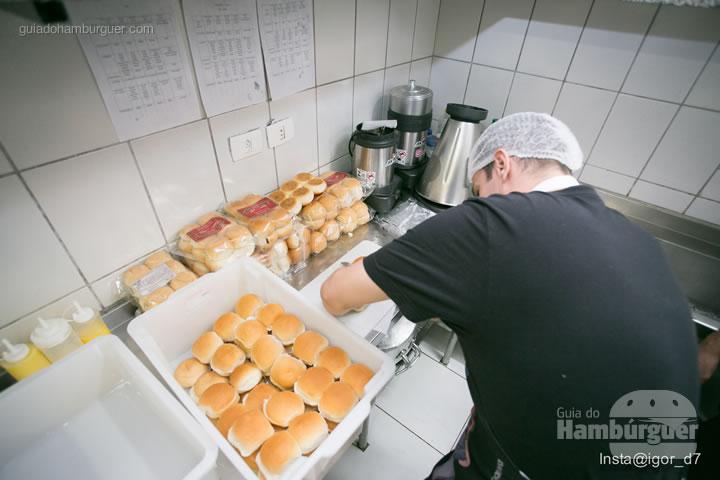 Cortando os pães - Meu Primeiro Hambúrguer 1ª edição