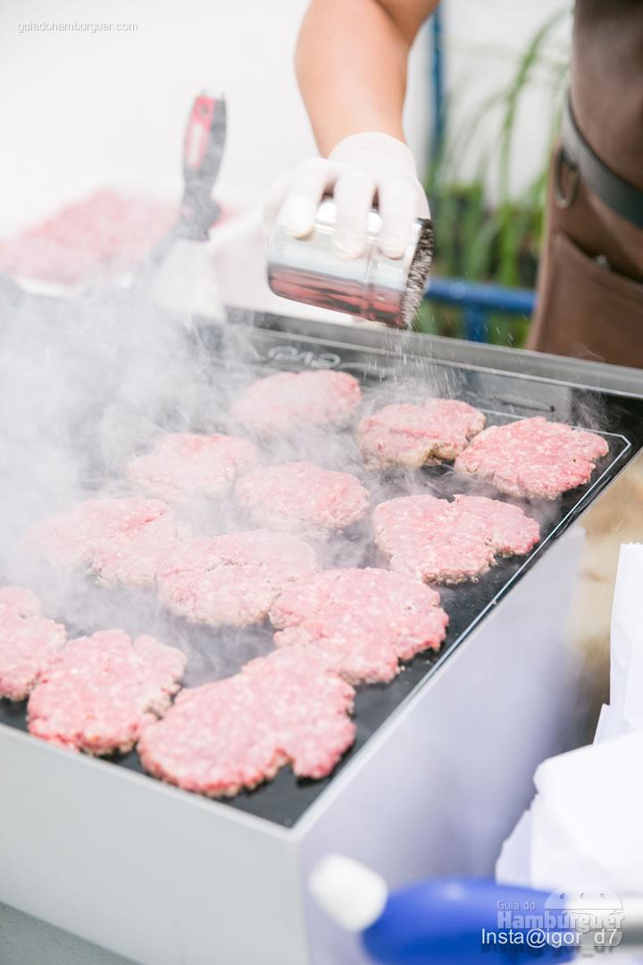 hambúrgueres devidamente esmagados - Meu Primeiro Hambúrguer 1ª edição