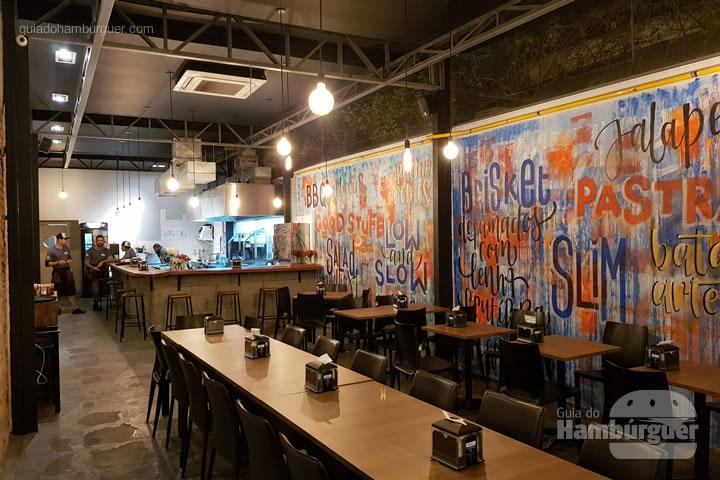 Salão com a cozinha aberta ao fundo - ALL IN . burger Itaim