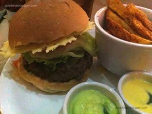 Hambúrguer 162: alface, tomate, picles, disco crocante de parmesão, maionose verde e molho 162 acompanhado de porção de batata 162