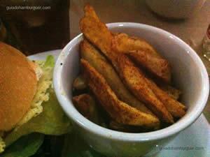 Hambúrguer 162: alface, tomate, picles, disco crocante de parmesão, maionese verde e molho 162 e porção de batata 162 - Hamburgueria 162
