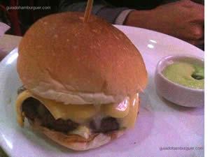 Hambúrguer com queijo brie, cogumelos Paris e porção de batatas 162 - Hamburgueria 162