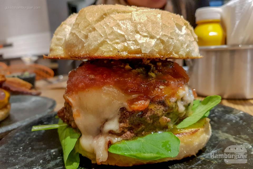 Hambúrguer pronto para ser devorado - Beef Burger & Beer