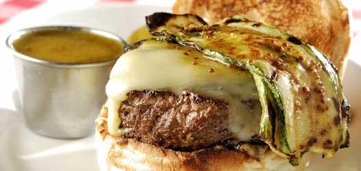 Queens: PJ`s Special Burger, queijo emmenthal, abobrinha italiana grelhada ao alho e honey mustard sauce