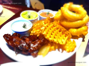 Trio com onion rings, waffle fries e bufallo wings - General Prime Burger