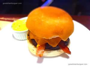 Gran Burger BBQ, hambúrguer de picanha servido com finas fatias de bacon, cheddar, picles, rodelas de cebola roxa e molho barbecue e servido no pão de hambúrguer tradicional - General Prime Burger