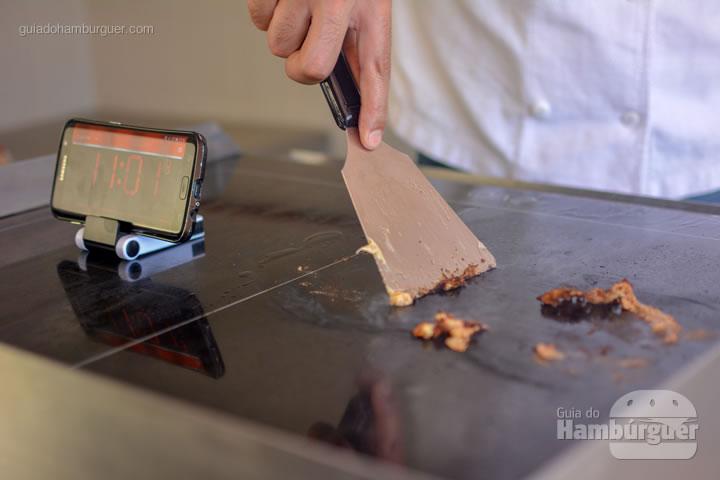 Raspando a chapa com utensílios de aço - Chapa para hambúrguer vitrocerâmica Plana da Evo Pro