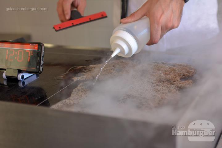 Com a chapa quente, colocamos água  - Chapa para hambúrguer vitrocerâmica Plana da Evo Pro