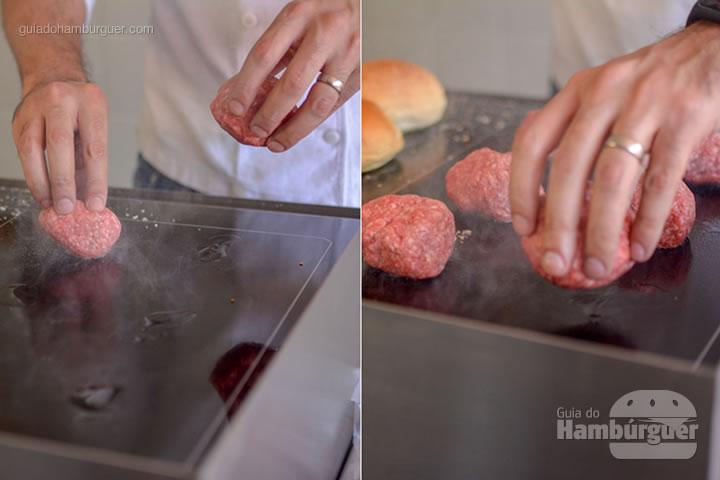 Colocando as bolinhas para serem amassadas - Chapa para hambúrguer vitrocerâmica Plana da Evo Pro