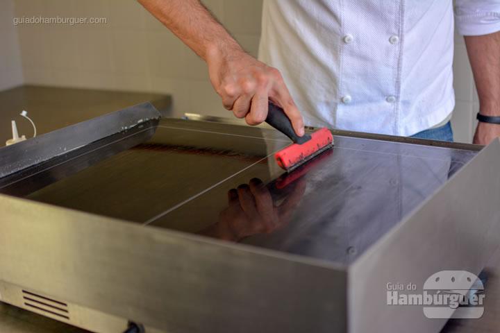 Terminando a limpeza com água - Chapa para hambúrguer vitrocerâmica Plana da Evo Pro