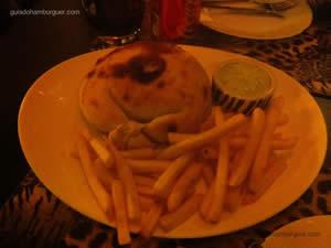 Hambúrguer de picanha assado no forno à lenha, queijo ementhal e cebola marinada ao shoyo