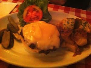 Cheeseburger, alface, tomate e PJ`s Home Fries (batatas em cubo, chapeadas na manteiga e cebola caramelada) - P.J. Clarke's