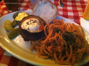 Manhattan: PJ`Special Burger, mussarela de búfala e berinjela alla Siciliana acompanhado de onion strips