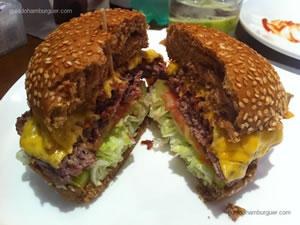 Special Burguer Place (cheese picanha com hambúrguer de 170g, pão preto com gergelim, queijo prato, bacon, alface americana, tomate caqui e maionese á parte) - Burguer Place