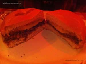 Cheeseburger (x-burger) veggie preparado artesanalmente à base de cogumelos, arroz integral, proteína de soja, mussarela, aveia e temperos - St. Louis