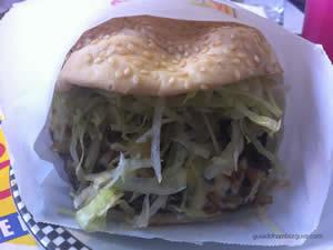 Pic Rockets 200g de hambúrguer de picanha servido com cebola frita marinada no shoyu, blue cheese, alface picada, tomate e maionese à parte - Rockets