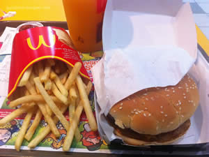 Mc Angus Bacon, batata frita média e suco de laranja - Mc Donald`s